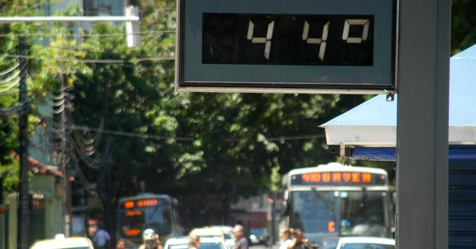 25.jan.2014 - Termômetro registra 44°C na tarde deste sábado (25), no bairro Humaitá, próximo ao túnel Rebouças no Rio de Janeiro