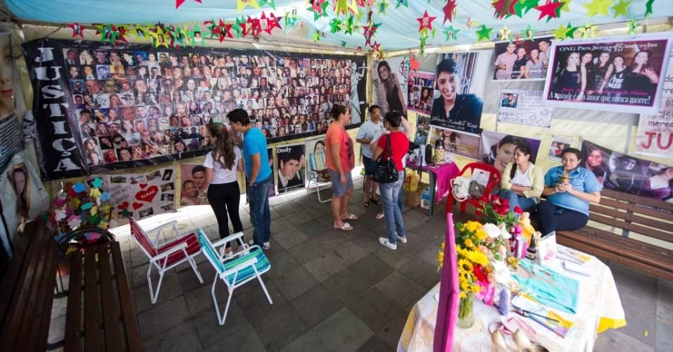 Memorial de vigília no centro de Santa Maria (RS) é vista neste sábado (25) com homenagens às vítimas do incêndio ocorrido em 2013 no local. A tragédia, que matou 242 pessoas, completa um ano na próxima segunda-feira (27)