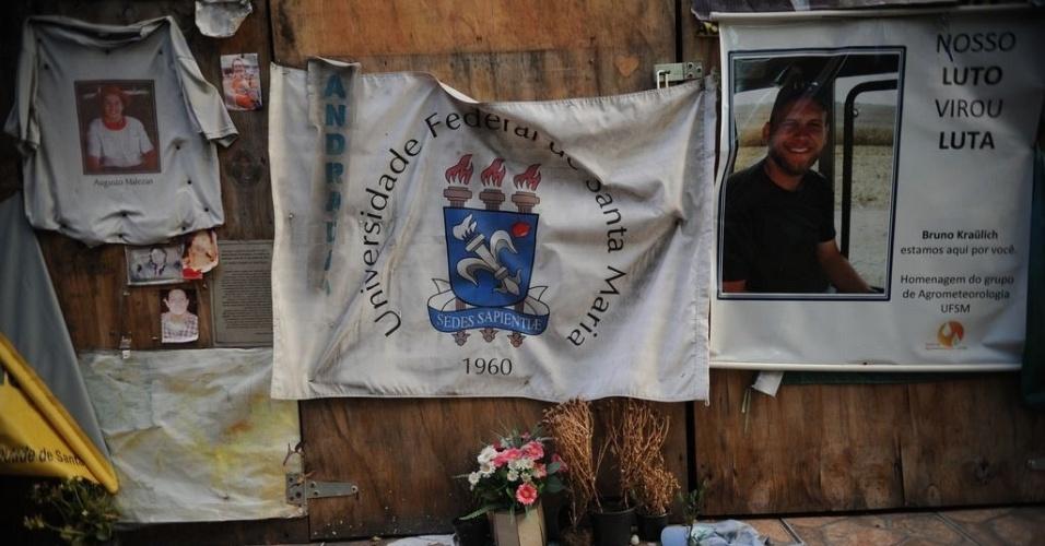 26.jan.2014 - Familiares e amigos das vítimas da Boate Kiss, de Santa Maria (RS), pedem justiça em cartazes colocados na fachada do estabelecimento