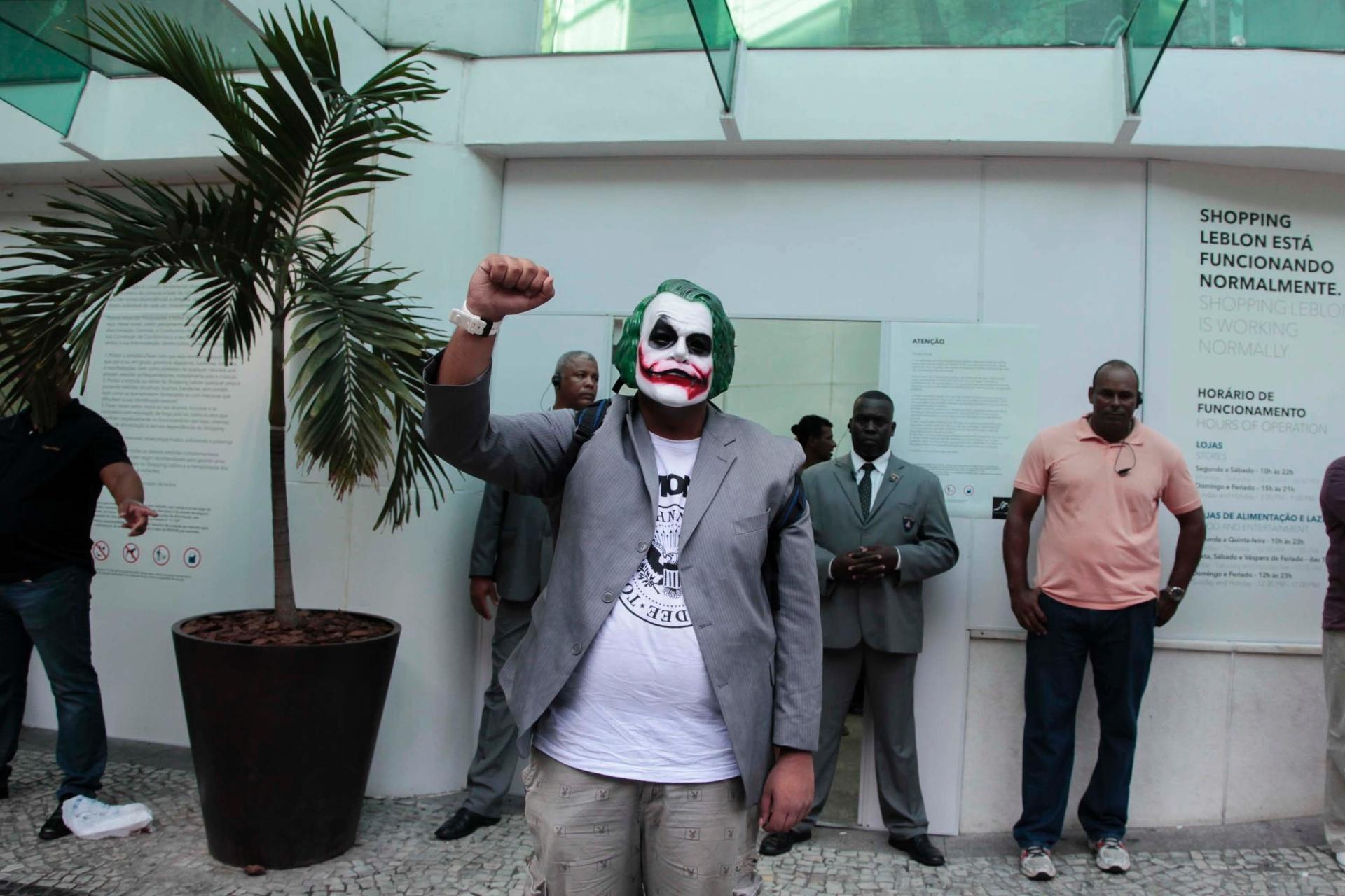 26.jan.2014 - Manifestante com uma máscara do personagem Coringa-- muito conhecido nas histórias do Batman--, foi impedido por seguranças de entrar no shopping Leblon, no Rio de Janeiro, durante