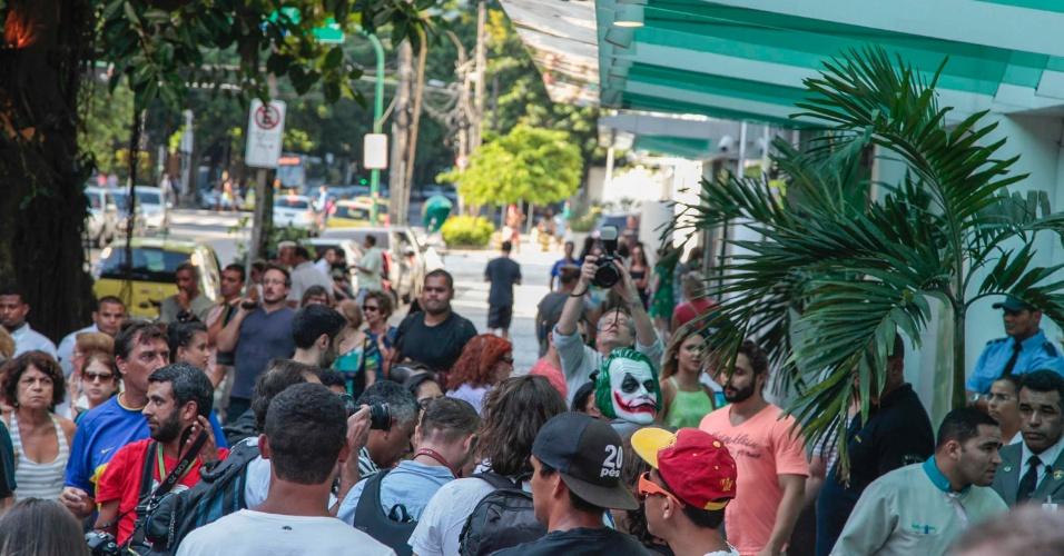 """26.jan.2014 - Manifestantes realizam """"rolezinho"""" de protesto no Shopping Leblon, no Rio de Janeiro, neste domingo (26). Manifestante com uma máscara do personagem Coringa-- muito conhecido nas histórias do Batman--, foi impedido por seguranças de entrar no shopping"""