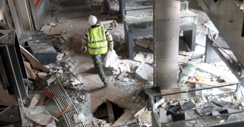26.jan.2014 - Trabalhadores egípcios inspecionam a Biblioteca Nacional do Egito, após a explosão de uma bomba, na sexta-feira (24). O número de mortos nos confrontos durante protestos no Egito, no sábado (25), subiu para 49, segundo o site estatal de notícias Al-Ahram, citando um representante do Ministério da Saúde do país neste domingo