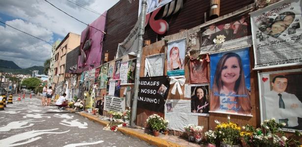 27.jan.2014 - Cartazes com fotos das vítimas do incêndio da boate Kiss são colocados em frente à casa noturna
