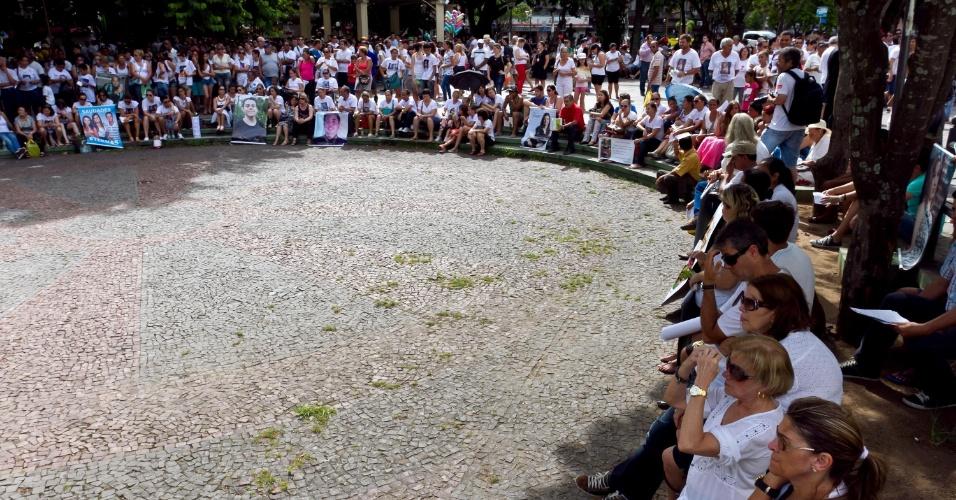 27.jan.2014 - Dezenas de pessoas prestam homenagem às vítimas da tragédia na Boate Kiss na Praça Saldanha Marinho, em Santa Maria (RS). Foi feito um minuto de silêncio para lembrar as 242 pessoas que morreram no incêndio que completou um ano. Às 20h será realizado o