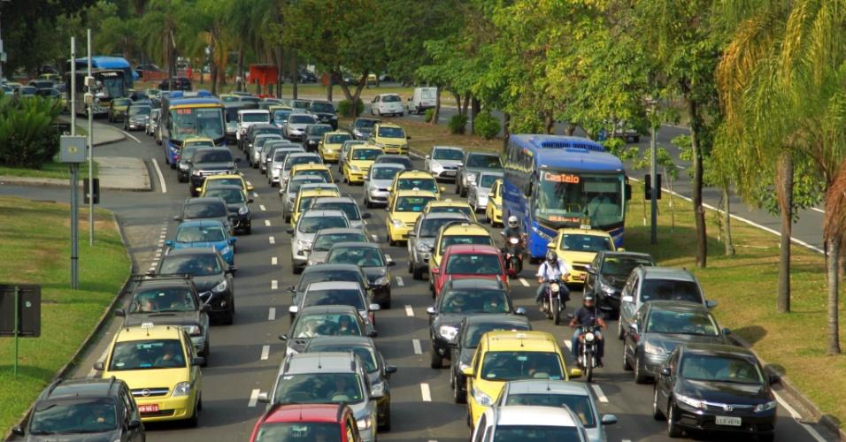 27.jan.2014 - Fechamento do Elevado da Perimetral, no Rio, causou impactos no trânsito da cidade. Nesta segunda-feira, primeiro dia útil após o fechamento total da vida, o congestionamento se estendeu até o Aterro do Flamengo