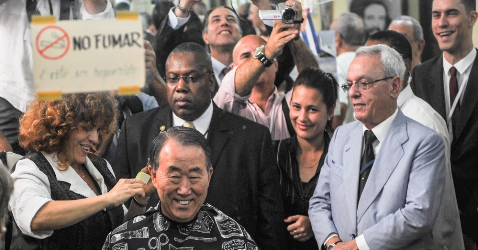 27.jan.2014 - O Secretário Geral das Nações Unidas, Ban Ki-moon, recebe um corte de cabelo em uma barbearia, em Havana Velha,nesta segunda-feira