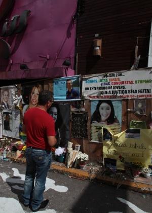 Cartazes com fotos das vítimas do incêndio da boate Kiss, em Santa Maria (RS)
