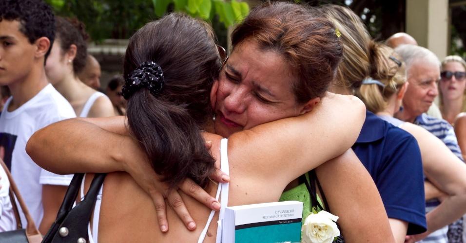 27.jan.2014 - Pessoas se emocionam durante homenagem às vítimas da tragédia na Boate Kiss na Praça Saldanha Marinho, em Santa Maria (RS). Foi feito um minuto de silêncio para lembrar as 242 pessoas que morreram no incêndio que completou um ano. Às 20h será realizado o