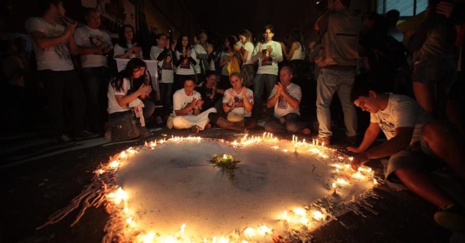 27.jan.2014 - Velas compondo a forma de um coração é acesa diante da boate Kiss, em Santa Maria (RS), onde familiares, amigos e outras pessoas fazem, na madrugada desta segunda-feira (27), uma vigília em memória de um ano da tragédia que matou 242 pessoas em 27 de janeiro de 2013