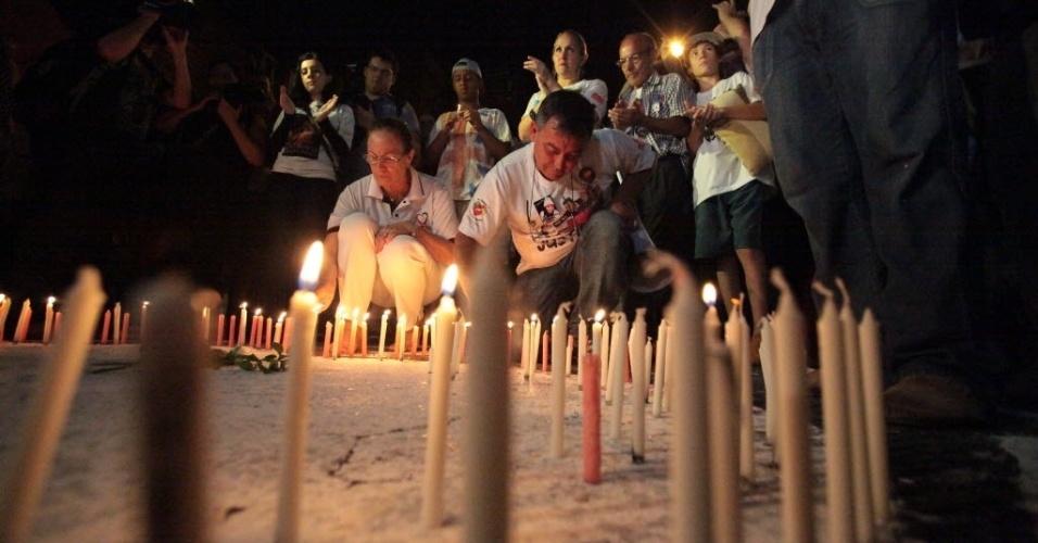 27.jan.2014 - Velas são acesas diante da boate Kiss, em Santa Maria (RS), em memória de um ano da tragédia que matou 242 pessoas em 27 de janeiro de 2013