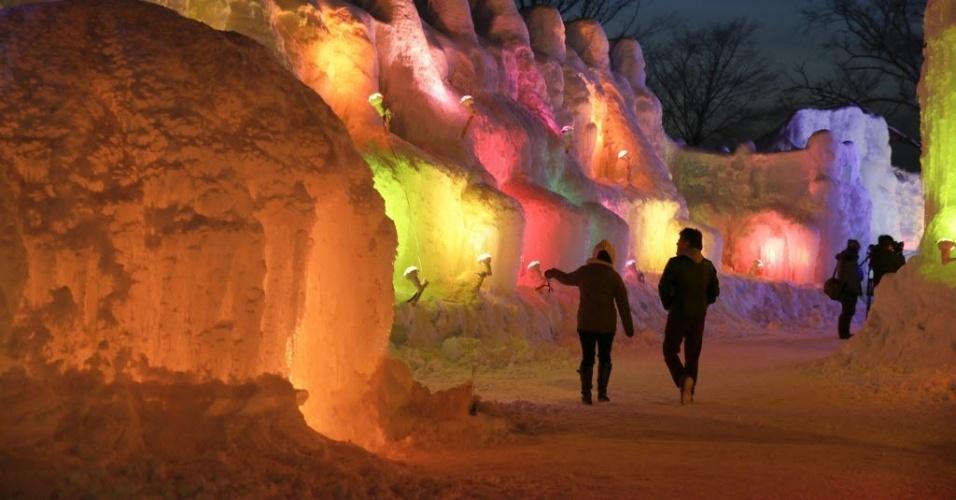 27.jan.2014 - Visitantes percorrem as esculturas iluminadas expostas no Festival de Gelo de Shikotsukoonsen, nos arredores da cidade de Chitose, no norte do Japão. O festival acontece entre 24 de janeiro e 16 de fevereiro