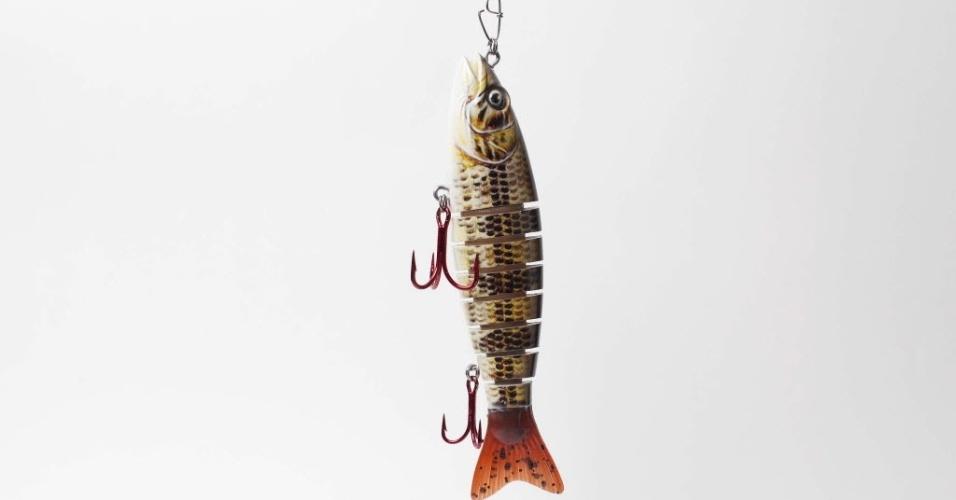 A isca de meia-água tipo sashimi é muito usada na pesca do tucunaré a profundidades de cerca de 1 m. Ela possui articulações que fazem com que pareça um peixe fatiado e que se movimente mais, atraindo os peixes. Tem tamanhos de 7 cm a 16 cm, e preços de R$ 65 a R$ 80. Na imagem, uma isca da marca Sumax, que custa R$ 80