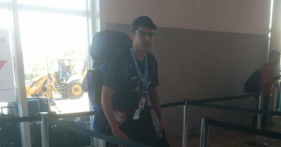 Edvan Silva, 27, foi o primeiro a chegar no Parque Anhembi (São Paulo), às 10h de sábado, para participar da CP 14. Com isso, o tempo de espera até a abertura dos portões totaliza dois dias. Para não ficar sem o iPhone enquanto espera na fila, ele se garantiu, levando ao evento sete baterias carregadas - mas só encontrou quatro para a foto