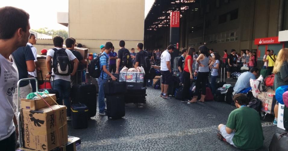 Na sua sétima edição, a Campus Party Brasil começa nesta segunda-feira  (27) e vai até o dia 2 de fevereiro no Anhembi Parque, em São Paulo. O evento reúne fãs de tecnologia que aproveitam uma conexão de 40 Gbps (Gigabits por segundo). Na manhã da segunda-feira, diversos campuseiros já aguardavam em fila para entrar no evento. Os portões são abertos ao meio dia