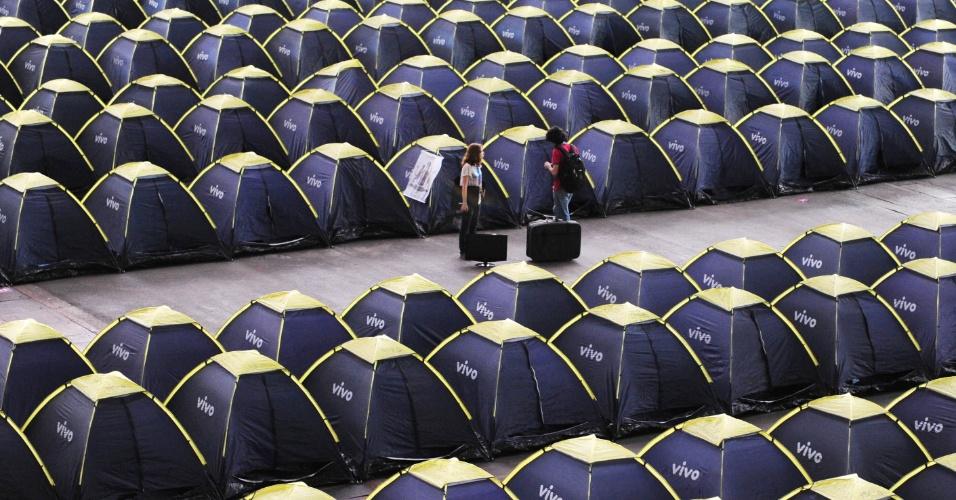 Na sua sétima edição, a Campus Party Brasil vai até o dia 2 de fevereiro no Anhembi Parque, em São Paulo. O evento reúne fãs de tecnologia que aproveitam uma conexão de 40 Gbps (Gigabits por segundo) e teve os 8.000 ingressos esgotados. Acima, vista da área do camping que abriga 5.000 barracas