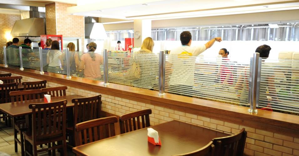 As mães dos campuseiros podem ficar tranquilas, pois fome seus filhos não devem passar. Na Campus Party 2014 há redes de restaurantes. A churrascaria na Campus Party cobra R$ 42,90 o quilo