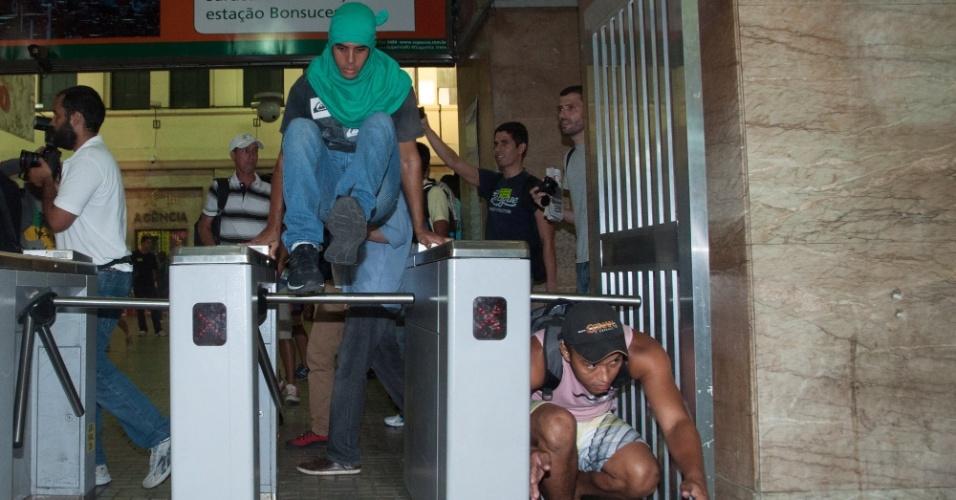 28.jan.2014 - Cerca de 200 manifestantes invadiram a estação de trens da Central do Brasil, no centro do Rio de Janeiro, nesta terça-feira (28), pedindo para as catracas fossem liberadas. O protesto é contra o aumento da tarifa das passagens de ônibus e trens. Muitos trabalhadores se aproveitaram do ato e passaram sem pagar