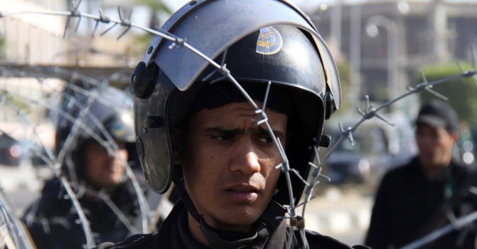 28.jan.2014 - Forças de segurança montam guarda em frente à Academia de Polícia do Cairo. Nesta terça-feira, o presidente deposto Mohamed Mursi começou a ser julgado por fuga da prisão durante a revolução de 2011 e se declarou inocente