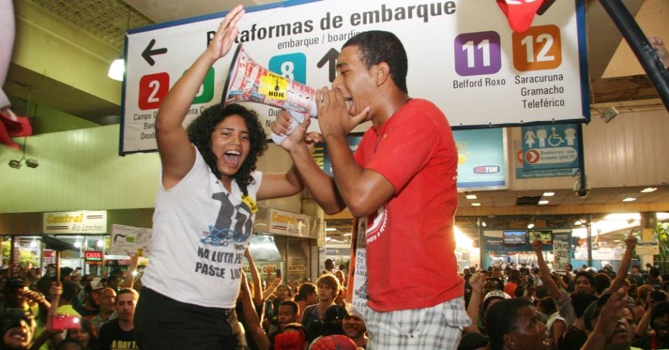 28.jan.2014 - Manifestantes fazem ato contra o aumento da tarifa das passagens de ônibus e trens na estação de trens da Central do Brasil, no centro do Rio de Janeiro, nesta terça-feira (28). Muitos passageiros aproveitaram o movimento para passar as catracas sem pagar