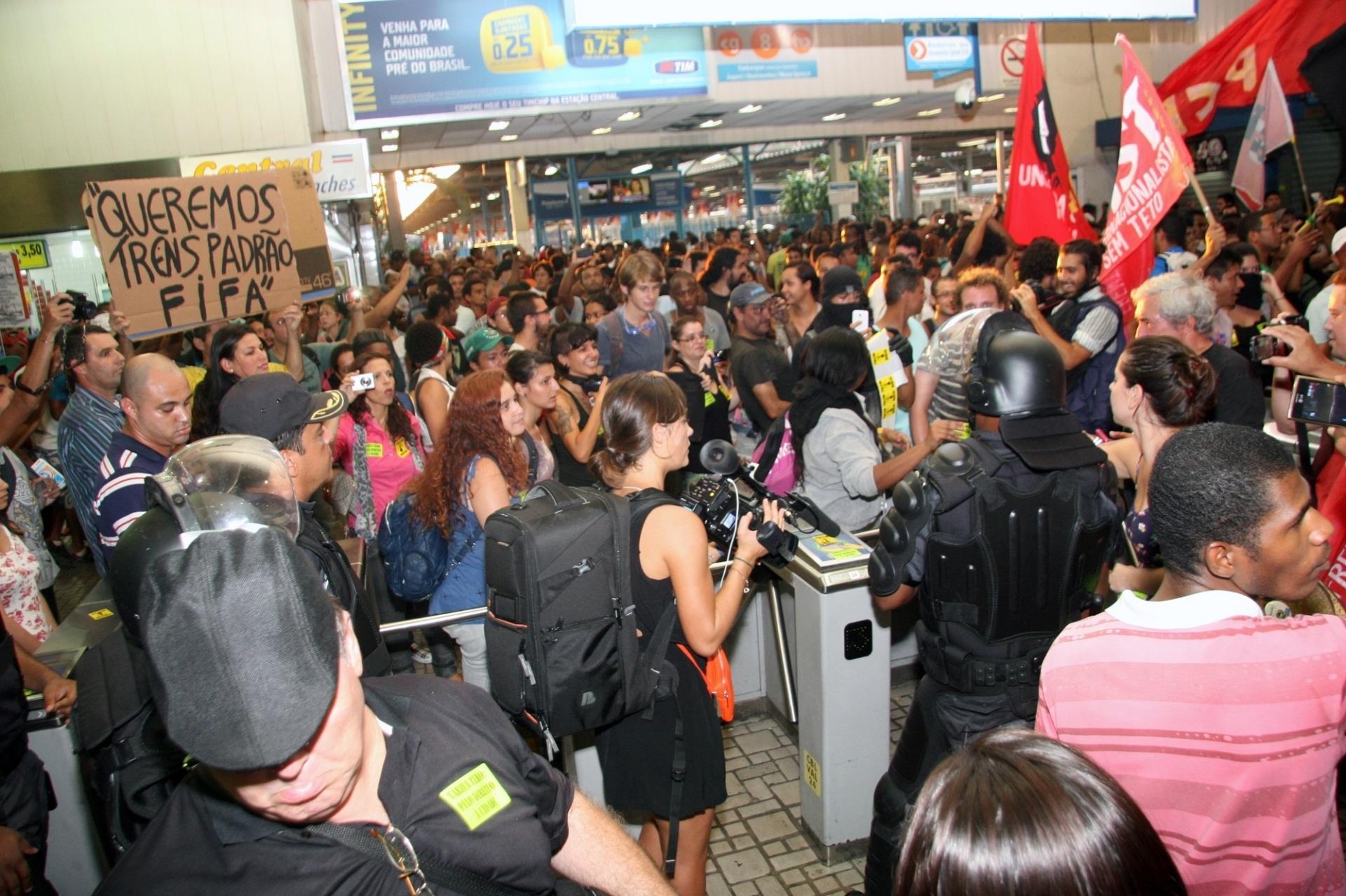 28.jan.2014 - Manifestantes invadiram a estação de trens da Central do Brasil, no centro do Rio de Janeiro, nesta terça-feira (28), para protestar contra o aumento da tarifa das passagens de ônibus e trens. Muitos passageiros aproveitaram o ato para passar as catracas sem pagar