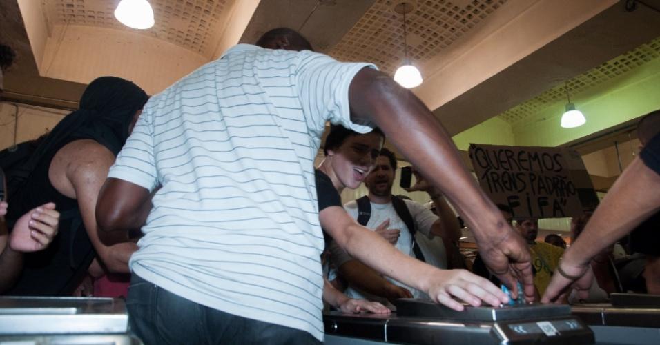 28.jan.2014 - Manifestantes tentam impedir que passageiro pague pela passagem na estação de trens da Central do Brasil, no centro do Rio de Janeiro, nesta terça-feira (28), durante protesto. A manifestação é contra o aumento da tarifa das passagens de ônibus e trens. Muitos trabalhadores se aproveitaram do ato e passaram sem pagar