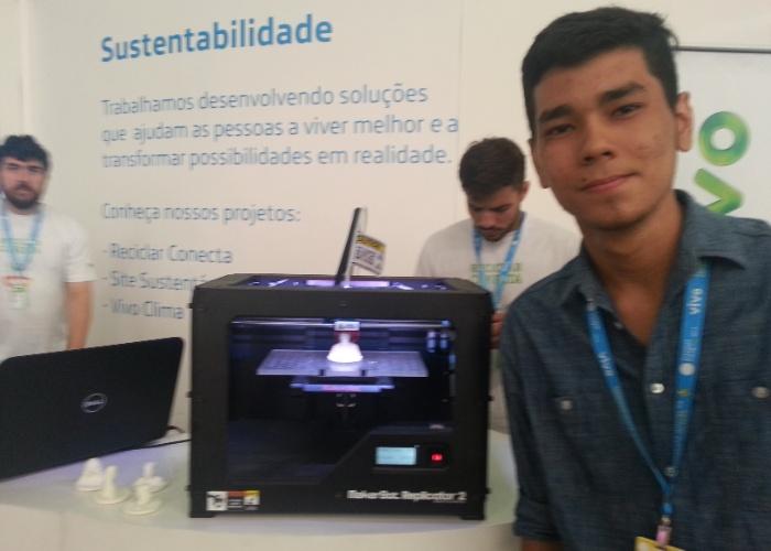 28.jan.2014 - O estudante Tiago Souza, 19, levou seu celular antigo para reciclagem. Em troca, ele ganhou um boneco feito com impressora 3D, baseado em sua própria imagem. Outra opção para quem levar o celular ao evento é um kit de bottoms (broches)