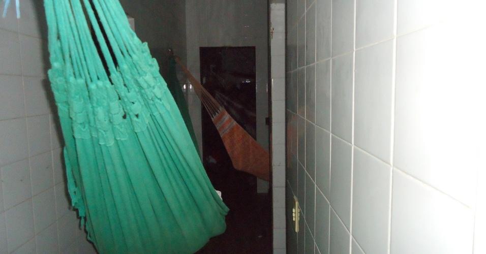 28.jan.2014 - Presos do sexo masculino se acomodam dentro de cômodo que deveria ser berçário na Penitenciária Mista de Parnaíba (a 354km de Teresina). A penitenciária tem lotação para 136 presos, mas está com 372, mais que o dobro da capacidade