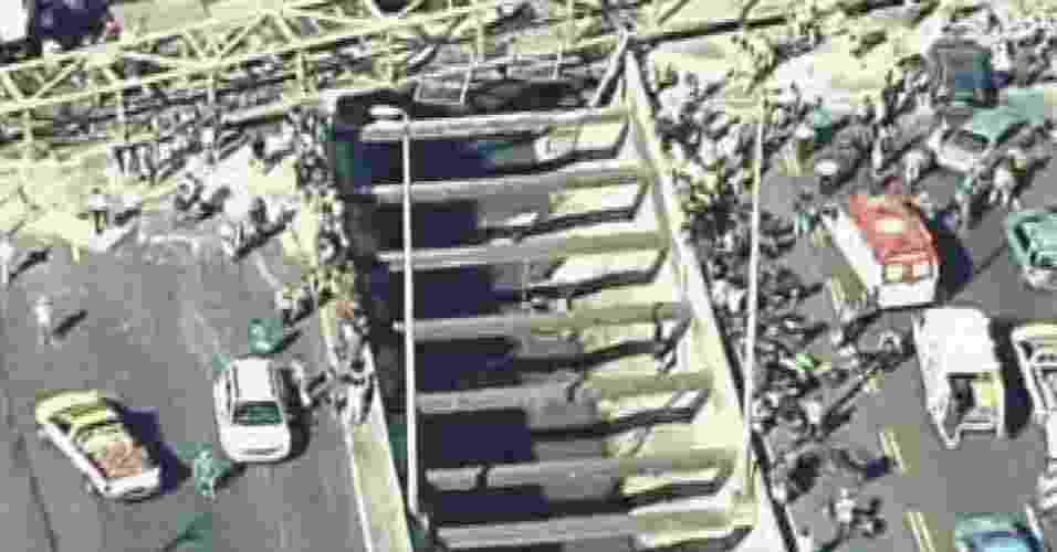28.jan.2014 - Um acidente envolvendo uma carreta derrubou uma passarela na Linha Amarela, no Rio de Janeiro, na manhã desta terça-feira (28). Bombeiros trabalham no resgate de feridos - Reprodução/Globonews