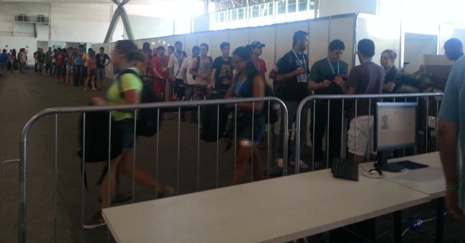 28.jan.2014 ? Participantes da Campus Party fazem fila para ganhar mochila no evento. Basta mostrar o crachá, que será marcado (para a mesma pessoa não pegar o brinde novamente)