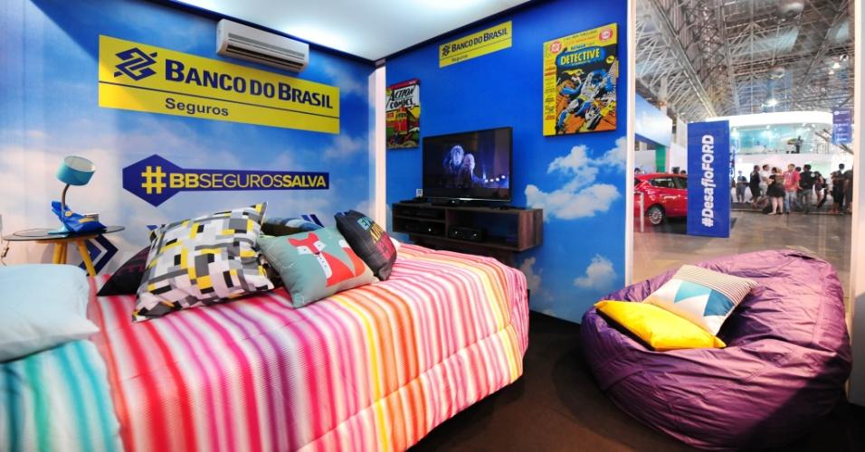 """Além do auxílio aos campuseiros, o Banco do Brasil também é responsável pelo quarto VIP, onde um participante do evento pode dormir durante uma noite. O local está equipado com uma TV 3D, home theater, Blu-ray e videogame, além da cama -- provavelmente mais confortável que as barracas. Para ficar no local, o campuseiro precisa  cumprir um objetivo estipulado pela companhia. Nesta terça-feira (28), quem quiser dormir no quarto precisa vencer um campeonato do jogo """"Guitar Hero"""""""