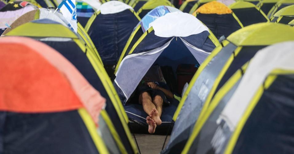 Participante da Campus Party 2014 descansa em barraca; cerca de 8.000 pessoas devem acampar no evento realizado no Parque Anhembi, em São Paulo