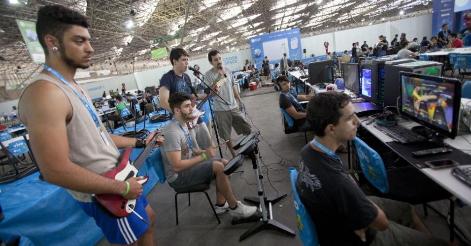 Participantes da Campus Party 2014 jogam videogame no evento, realizado no Parque Anhembi, em São Paulo
