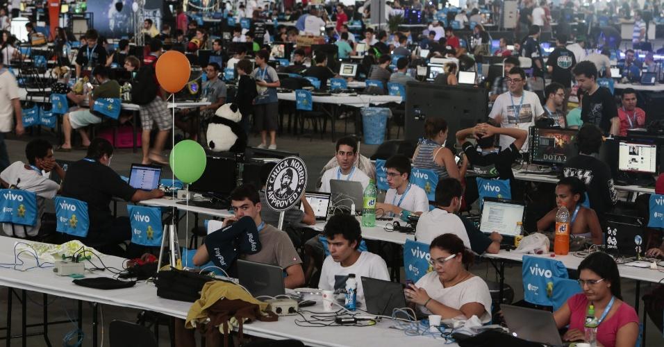 Participantes ficam reunidos em arena, onde estão localizados os cabos (para conexão de 40 Gbps), tomadas e bancadas