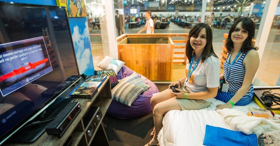 29.jan.2014 - As irmãs Amanda Cavalcante Silva Branco (dir), 22, e Paloma Cavalcante Silva Branco, 19, venceram uma competição de videogame na terça-feira (28). Por isso, ganharam o direito de dormir em um quarto VIP, com TV 3D, home theater, Blu-ray e videogame, além da cama