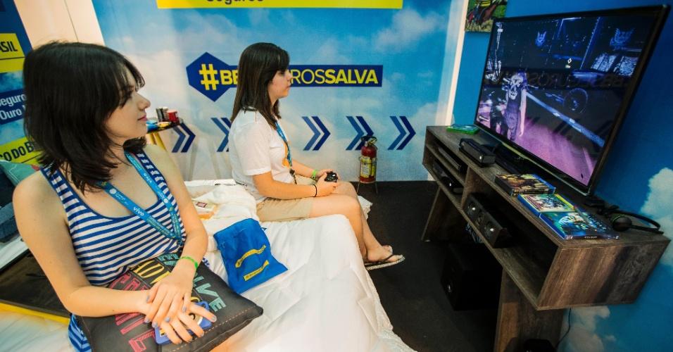 29.jan.2014 - As irmãs Amanda Cavalcante Silva Branco (esq), 22, e Paloma Cavalcante Silva Branco, 19, venceram uma competição de videogame na terça-feira (28). Por isso, ganharam o direito de dormir em um quarto VIP, com TV 3D, home theater, Blu-ray e videogame, além da cama