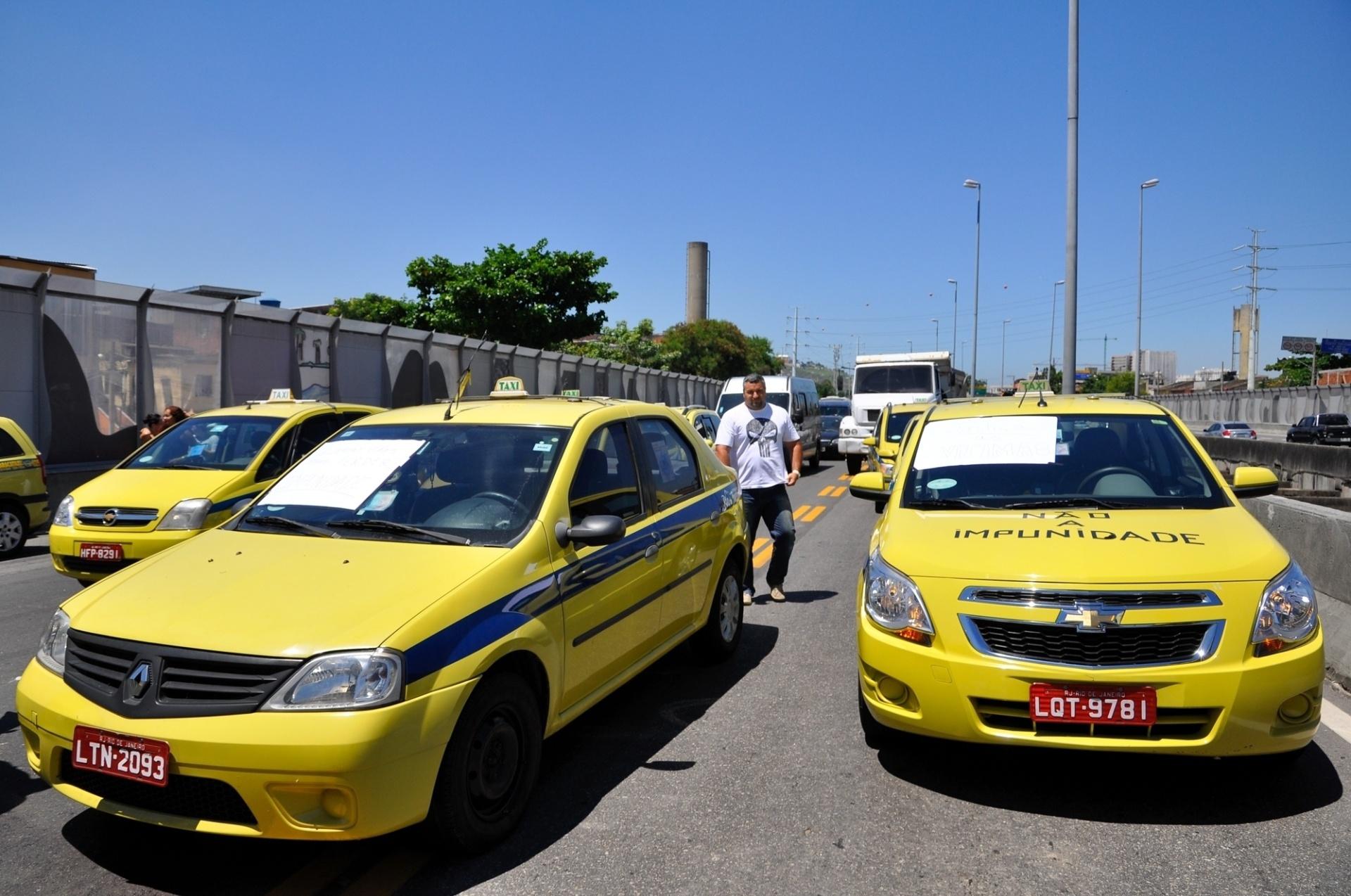 29.jan.2014 - Grupo de taxistas interditou, na tarde desta quarta-feira, a pista sentido zona oeste da Linha Amarela, na zona norte do Rio, no ponto em que um caminhão derrubou uma passarela, na manhã de terça-feira (28), provocando a morte de cinco pessoas. Uma das vítimas era taxista