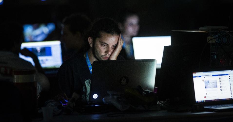 29.jan.2014 - Na noite de terça-feira (28), a Campus Party ficou sem luz. Telões e tomadas, alimentados por geradores de energia contratado pela organização, continuavam ativas, mas toda a iluminação do local foi desligada, relata a ''Folha''