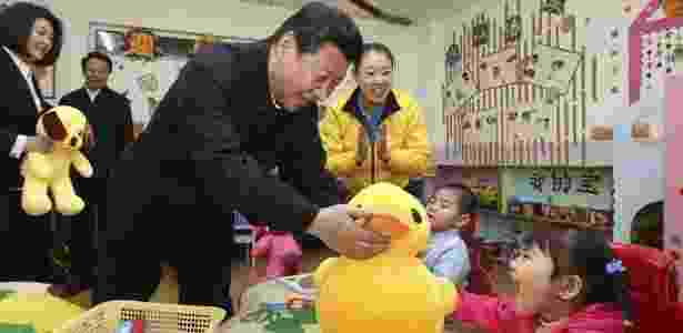 29.jan.2014 - O presidente chinês, Xi Jinping, presenteia crianças na Festa da Primavera na cidade Hohhot, região próxima a Mongólia - Lan Hongguang/Xinhua