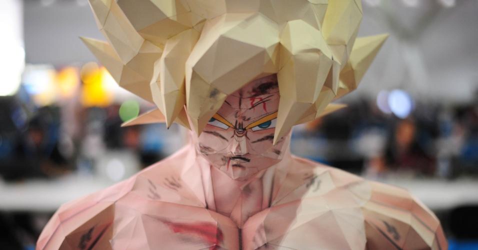 João Paulo Coelho, 33, usa uma técnica chamada 'papercraft', que consiste em moldar e unir pequenas partes de papel para criar esculturas. Para fazer o boneco Goku, do Dragon Ball Z, ele colou mais de 2.000 peças durante três meses de trabalho. Ele gastou cerca de R$ 160 para criar o boneco