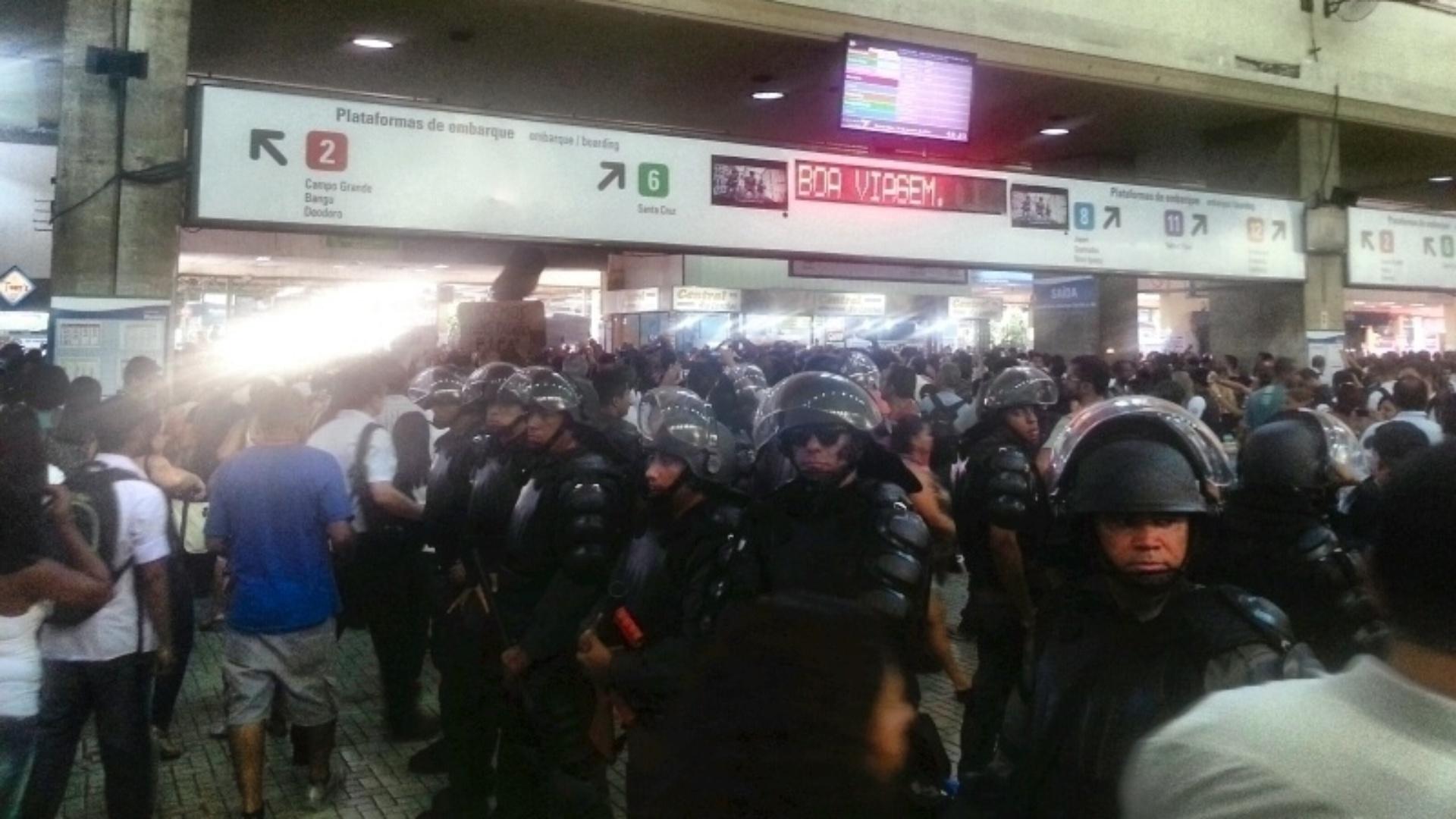 30.jan.2014 - Batalhão de Choque vigia a Central do Brasil, no Rio, devido a um protesto contra aumento das passagens de ônibus nesta quinta-feira (30). O reajuste foi anunciado ontem (29) pelo prefeito Eduardo Paes (PMDB), e a tarifa passará de R$ 2,75 para R$ 3