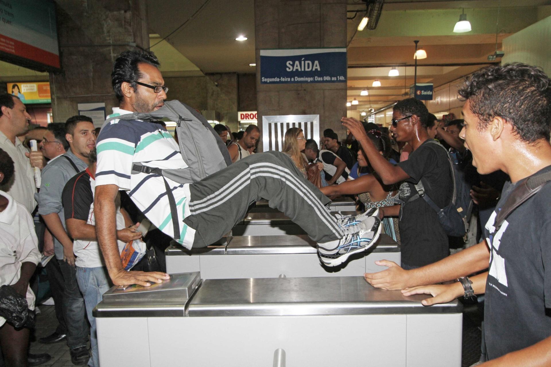 30.jan.2014 - Centenas de passageiros pularam ou passaram por baixo das catracas da estação de trens da Central do Brasil, no centro do Rio de Janeiro, nesta quinta-feira (30), durante
