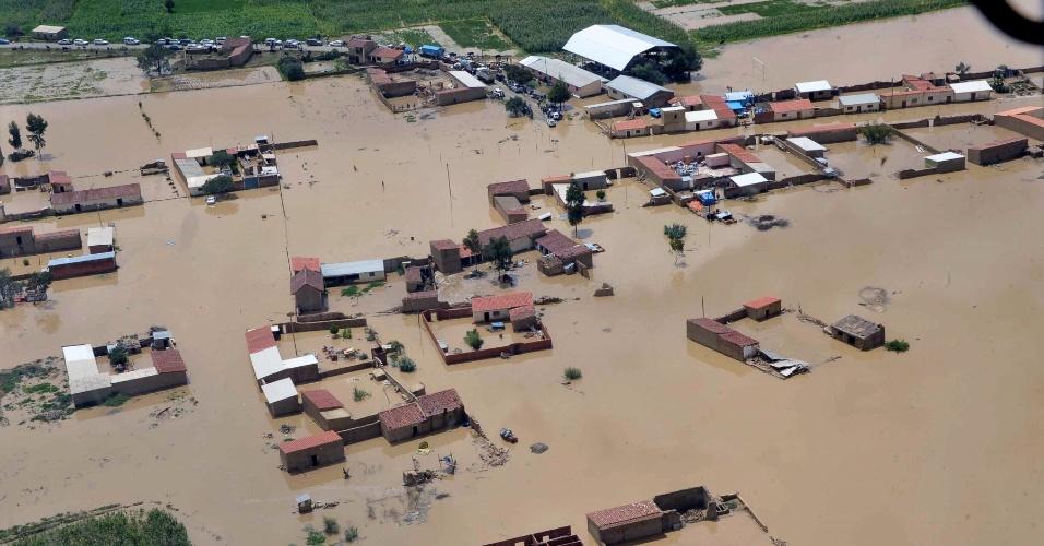 30.jan.2014 - Localidade de Clisa, em Cochabamba, centro da Bolívia, é inundada pelas fortes chuvas que afetam o país nesta quinta-feira (30). O governo boliviano declarou emergência nacional devido às enchentes que, até agora, deixaram mais de 40 mortos e afetaram 20 mil famílias
