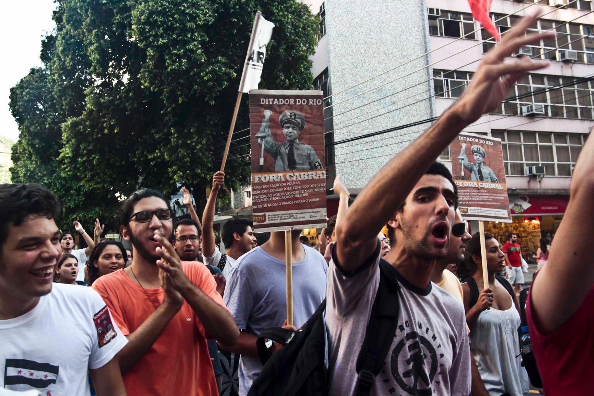 30.jan.2014 - Manifestantes fazem protesto contra aumento das passagens do transporte público e remoção das famílias da Favela Metrô-Mangueira, na zona norte do Rio de Janeiro, no centro do Rio de Janeiro (RJ), nesta quinta-feira (30)