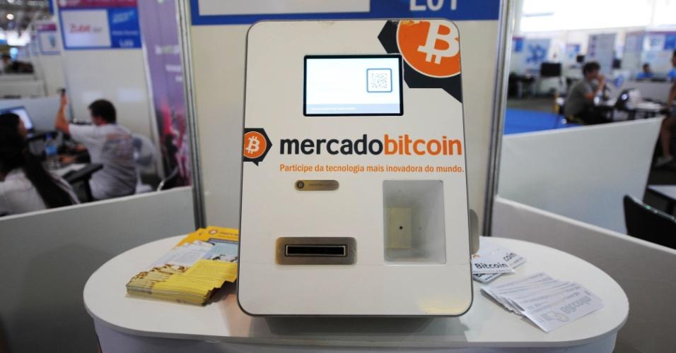 30.jan.2014 - Máquina de Bitcoins, em exposição na área livre da Campus Party 2014, recebe quantias em reais e deposita o equivalente da moeda virtual em uma conta do usuário