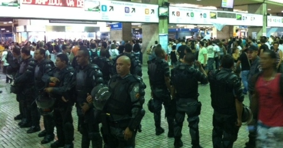 30.jan.2014 - Policiais militares observam movimentação de manifestantes na estação de trens da Central do Brasil, no centro do Rio de Janeiro, nesta quinta-feira (30), durante