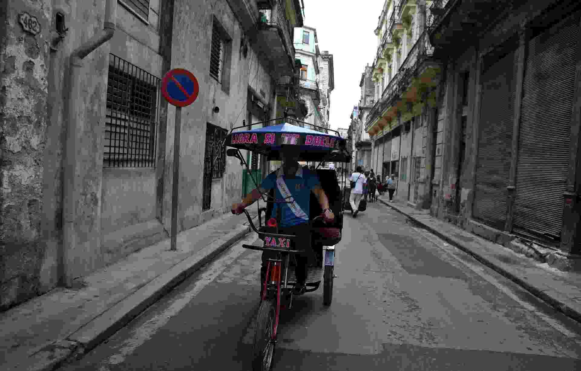 30.jan.2014 - Um bicicletaxista circula por rua de Havana, capital cubana, nesta quinta-feira (30). A cúpula da Celac, a visita dos secretários da ONU (Organização das Nações Unidas) e da OEA (Organização dos Estados Americanos), além do consenso na União Europeia sobre as negociações de um acordo bilateral marcaram a semana de êxitos internacionais para Cuba - Alejandro Ernesto/EFE