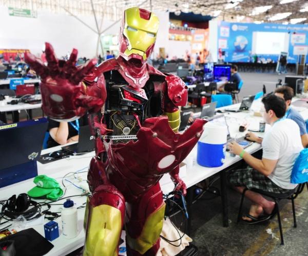 Alexandre Ferreira é o campuseiro responsável pelo robô do herói Homem de Ferro