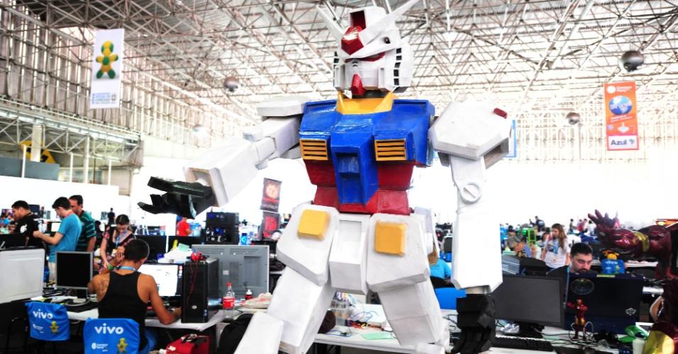 Robô do desenho 'Gundam', exposto na Campus Party 2014, possui um computador dentro