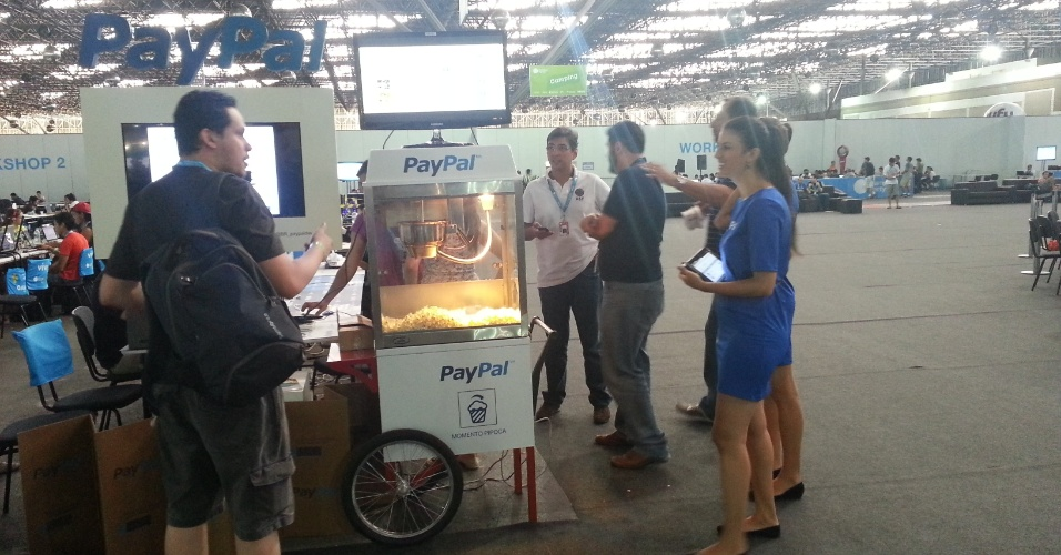 Site de transações financeiras PayPal distribui pipoca durante a Campus Party 2014. Para receber o brinde é preciso fazer check-in em sua conta no serviço da empresa