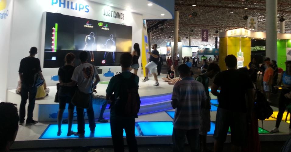 Visitantes participam de disputa no jogo ?Just Dance?. No game, os jogadores devem imitar as imagens na tela durante a coreografia da música escolhida.  Um sensor, chamado Kinect, captura os movimentos dos participantes
